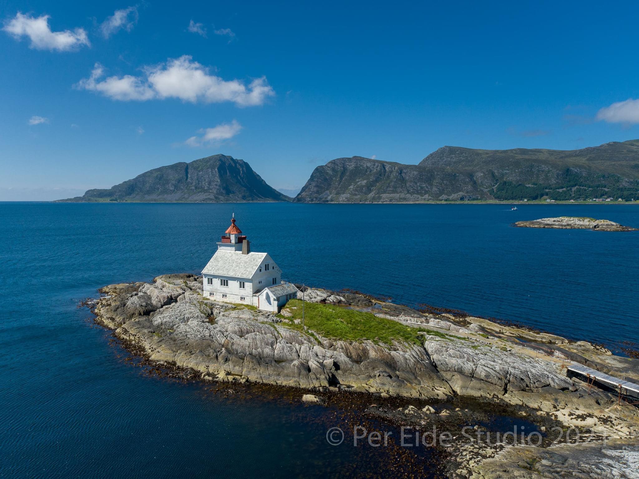 Torvholmen-din-private-øy-i-havgapet-oversikt-flåvær fyr. Foto Per Eide